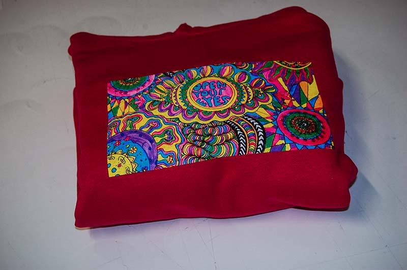 bluza-z-kolorowym-nadrukiem